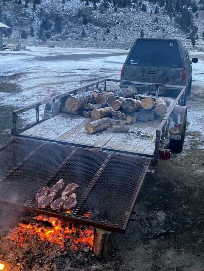 Cocinar algunos filetes en el camión
