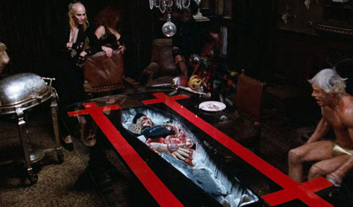 En The Rocky Horror Picture Show (1975), cuando se descubre un cadáver debajo de la mesa del comedor, los actores están realmente sorprendidos. Ninguno de ellos sabía que el cuerpo estaba allí, con una excepción, Tim Curry, porque fue él quien tuvo que quitar el mantel a latigazos