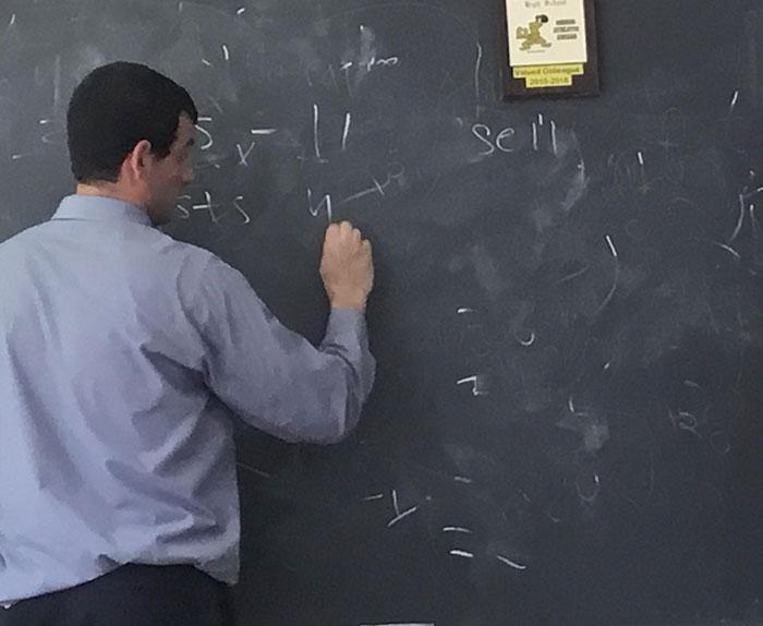 Este profesor no borra la pizarra del todo y sigue usándola