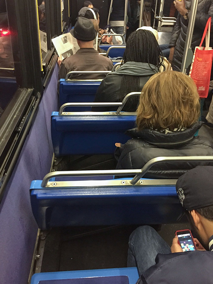 La gente que bloquea los asientos de las ventanas en el transporte público