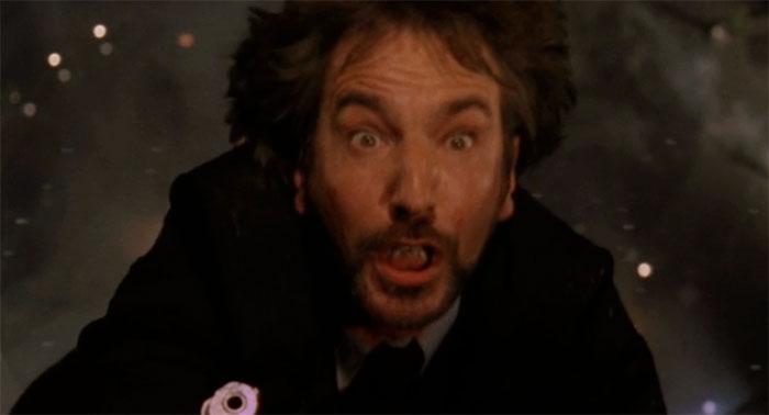 En La Jungla de Cristal (1988), cuando se rodaba la escena de la muerte de Gruber, se le dijo a Rickman que lo dejarían caer a la cuenta de tres. El director contó hasta dos antes de dejarle caer, haciendo que su reacción fuera genuina