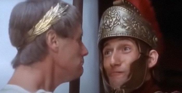 En La Vida de Brian de los Monty Python, la reacción del soldado durante la famosa escena de Pijus Magnificus es completamente genuina. Era un extra al que le habían dicho simplemente que no se riera y no tenía ni idea de lo que iba a ocurrir