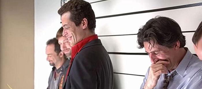Las risas de los actores de la rueda de reconocimiento en Sospechosos Habituales se debieron a que Benicio Del Toro se tiraba pedos durante el rodaje y así llegaron al montaje final