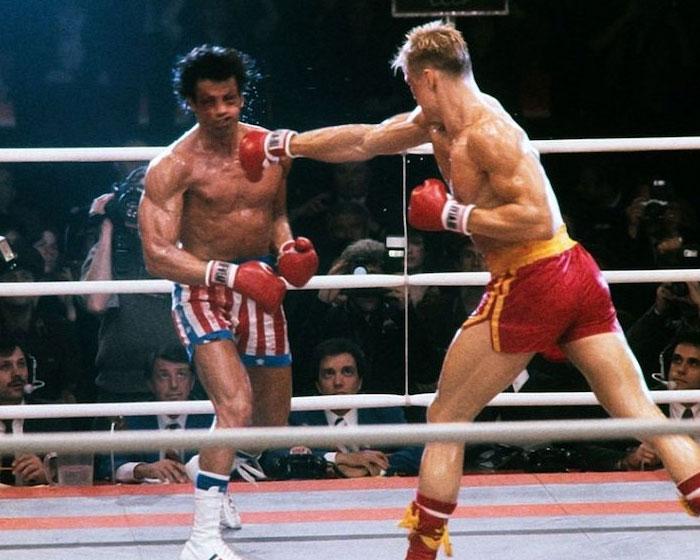 """Se dice que Stallone le dijo a Lundgren que lo atacara de verdad durante los primeros 15 segundos. """"Sólo bombardea"""", le pidió. Bueno, Lundgren lo hizo. El golpe en el pecho resultante, que se puede ver en la película, envió a Stallone al hospital durante nueve días"""
