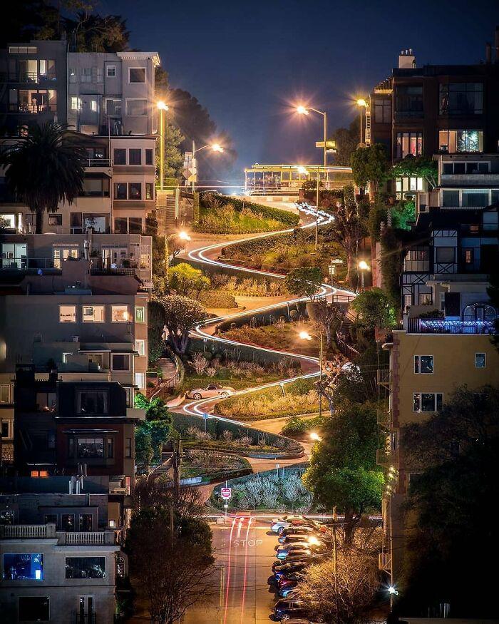 Hermosa vista nocturna de Lombard Street, San Francisco