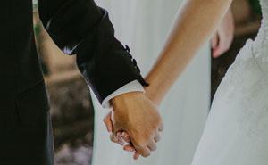 Esta pareja desinvita a uno de los invitados de su boda debido a sus publicaciones en Facebook y genera opiniones divididas en la gente