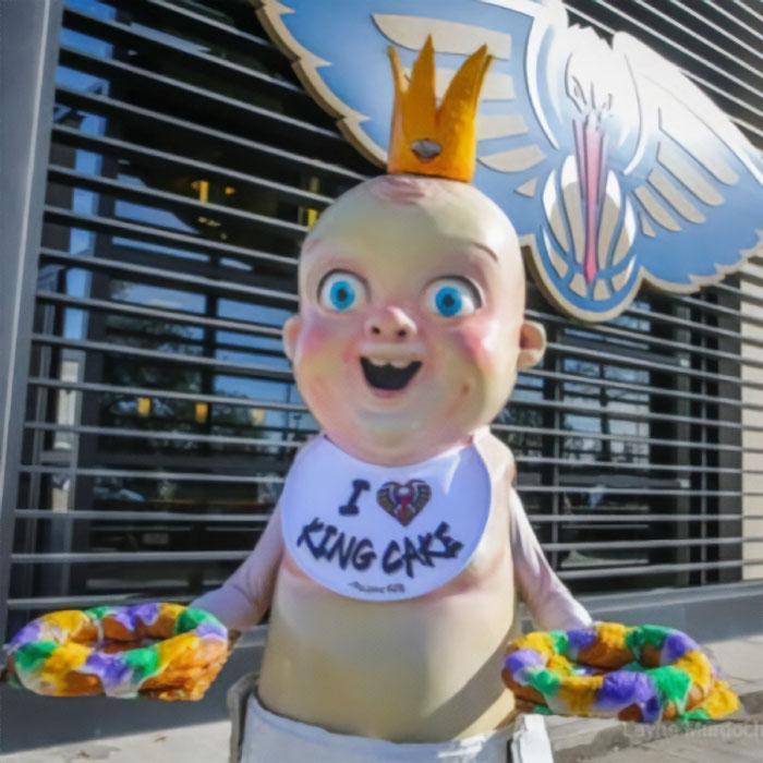 Los ojos sin vida de la mascota del bebé del King Cake