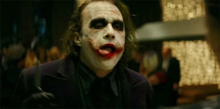 En El Caballero Oscuro (2008), el Joker se lame constantemente los labios. Esto se debe a las cicatrices protésicas que llevaba Heath Ledger. Se le caían, así que Heath se lamía los labios para mantenerlas en su sitio. Poco a poco, se convirtió en parte del personaje del Joker