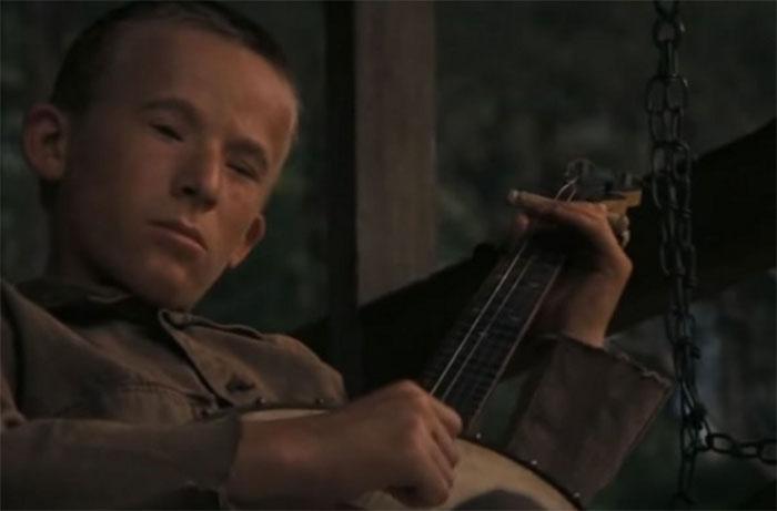 """En Defensa (1972), durante la escena del """"duelo de banjos"""", Billy Redden, que interpretaba al joven local que tocaba el banjo, no sabía tocarlo. Para que pareciera auténtico, un experto intérprete de banjo se escondió detrás y tocó los acordes con su brazo izquierdo en la manga de Redden, mientras éste punteaba con el derecho"""