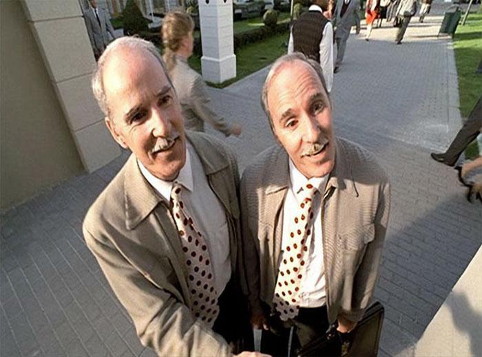 En El show de Truman (1998), los gemelos idénticos son interpretados por Ron y Don Taylor, dos policías que trabajaban en el rodaje como guardias de seguridad. El director Peter Weir vio lo simpáticos que eran con el reparto y el equipo de la película, así que los contrató como actores