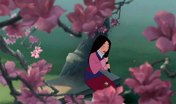En Mulan (1998), Mulán se toca mucho el pelo porque los animadores se dieron cuenta de que la actriz de voz de Mulán, Ming-Na Wen, se tocaba mucho el pelo mientras grababa. Así que se lo añadieron al personaje