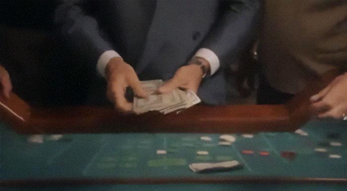 En Uno de los Nuestros (1990), a Robert De Niro no le gustaba cómo se sentía el dinero falso en su mano e insistió en usar dinero real. Así que el director de atrezo sacó varios miles de dólares de su propio dinero para utilizarlos. Al final de cada toma, nadie podía abandonar el plató hasta que se devolviera y contara todo el dinero