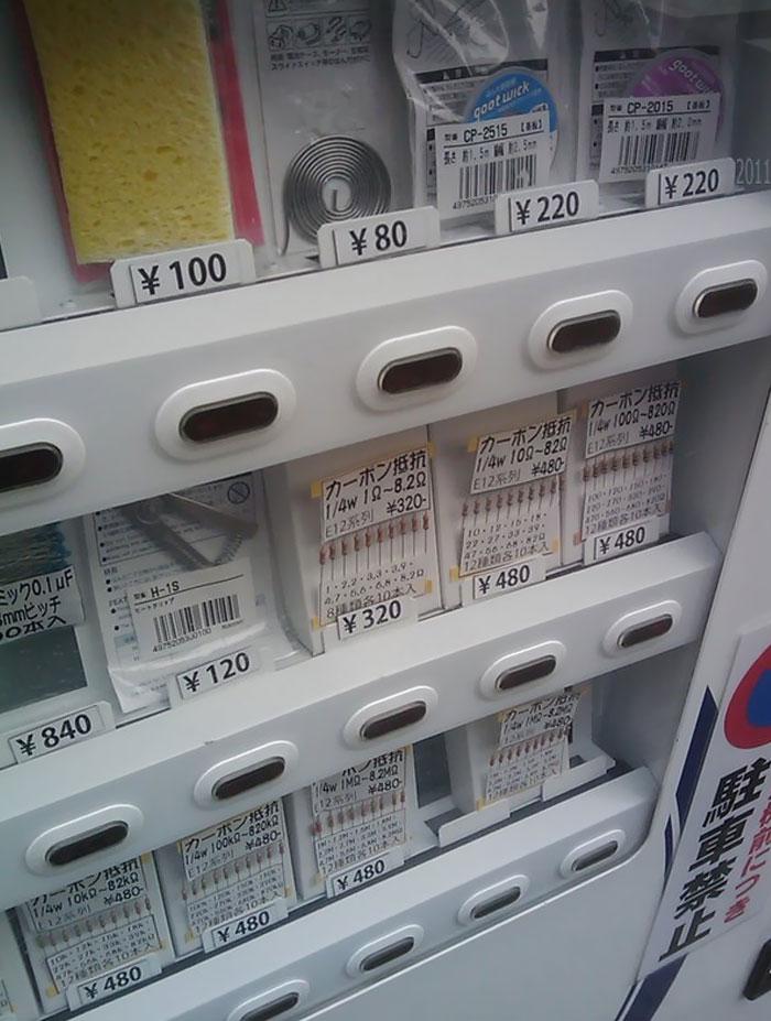 Una máquina expendedora en Japón que vende soldaduras y resistencias, para tus antojos nocturnos de circuitos