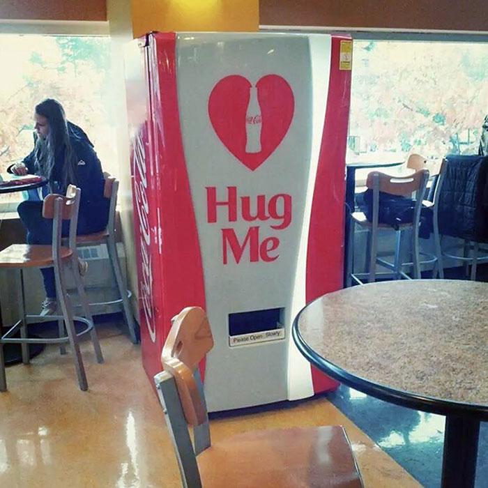 Mi universidad tiene una máquina expendedora que da Coca-Cola gratis si la abrazas