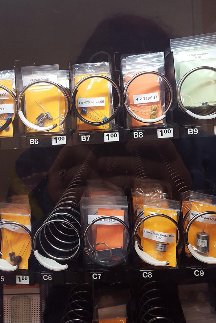 La máquina expendedora del departamento de ingeniería de mi escuela ofrece fusibles