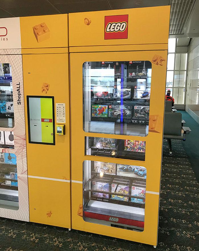 El aeropuerto internacional de Orlando tiene máquinas expendedoras de juegos de LEGO