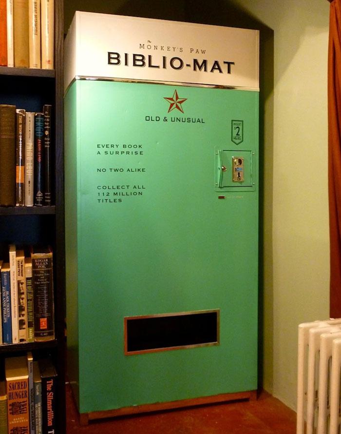 Esta máquina expendedora despacha un libro al azar por 2 dólares