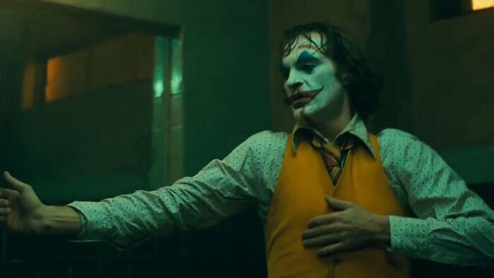 En Joker (2019), Joaquin Phoenix improvisó el icónico baile en el baño. Originalmente, Arthur estaba destinado a mirarse en el espejo y contemplar tranquilamente sus acciones, pero después de escuchar parte de la música del compositor, Phoenix pensó que el baile era más apropiado