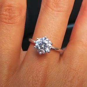 Este hombre le regaló un anillo de diamante falso a su novia cazafortunas, y accidentalmente se vengó cuando ella intentó venderlo