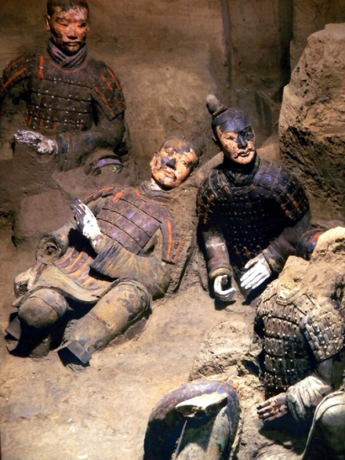 Photographed In 1974, Freshly Excavated 2000-Year-Old Terracotta Warriors Still Showing The Original Color Scheme Before Rapid Deterioration