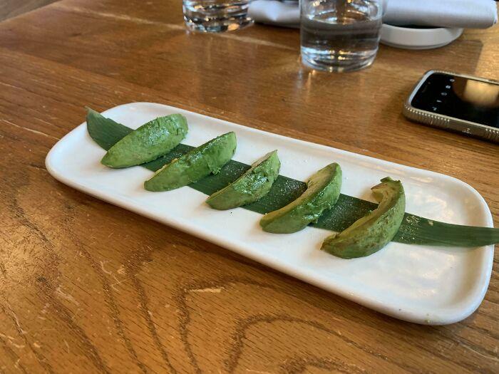 Nigiri de aguacate a diez dólares en un restaurante de sushi