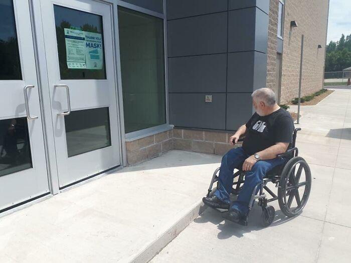 La nueva escuela de mi comunidad tiene un botón de acceso para sillas de ruedas en la puerta, pero no hay forma de que una persona en silla de ruedas lo alcance