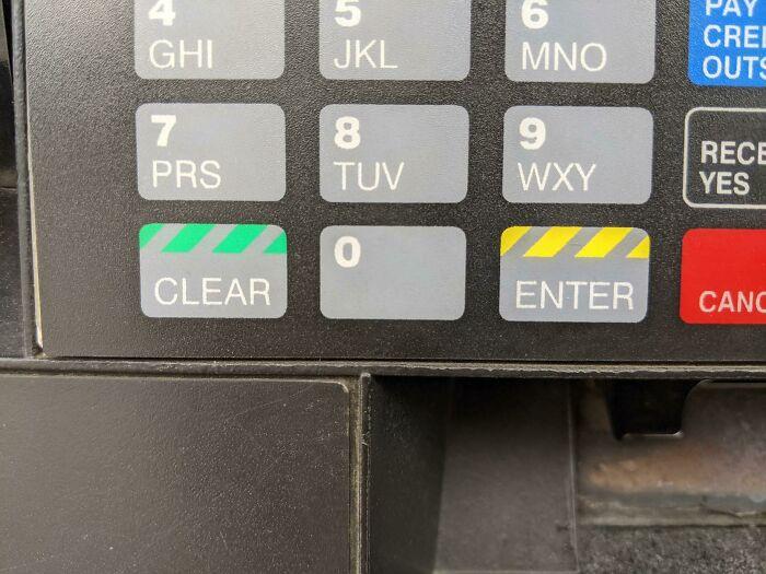 ¿Por qué el botón de borrar es verde y el de entrar es amarillo? Sigo borrando accidentalmente mi pin