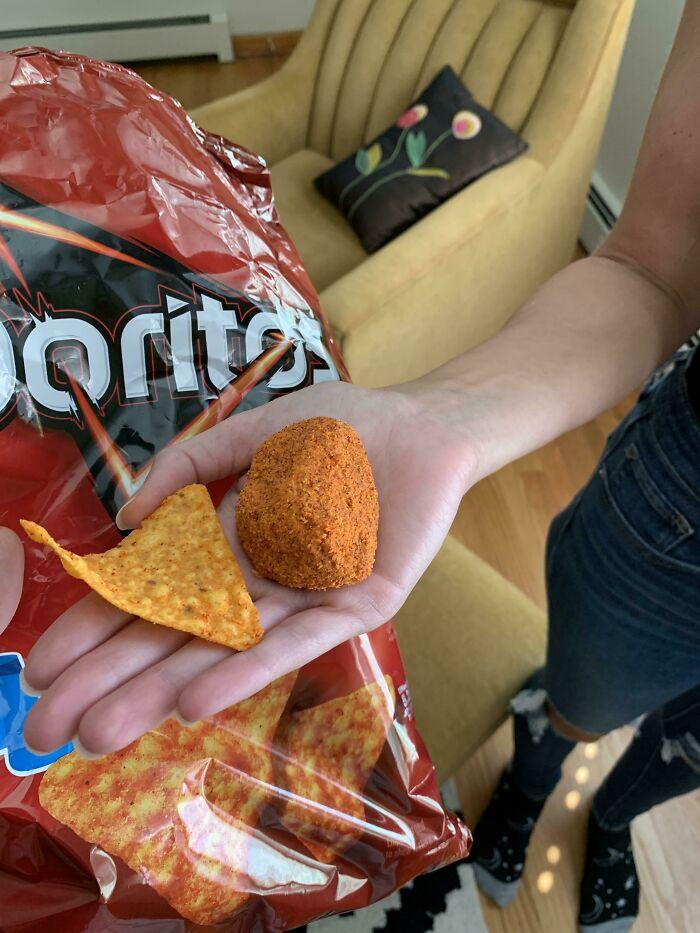 Mi prometido encontró una enorme bola de condimento de Doritos en su bolsa de patatas fritas. Un dorito como referencia