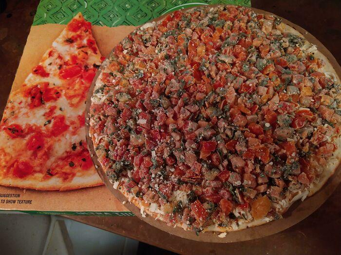 Esta pizza con más ingredientes de los que aparecen en la caja