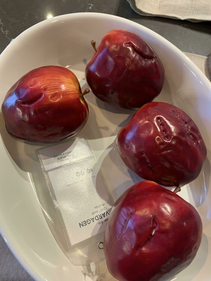 La sorprendente cantidad de marcas de mordiscos en estas manzanas de exposición de IKEA
