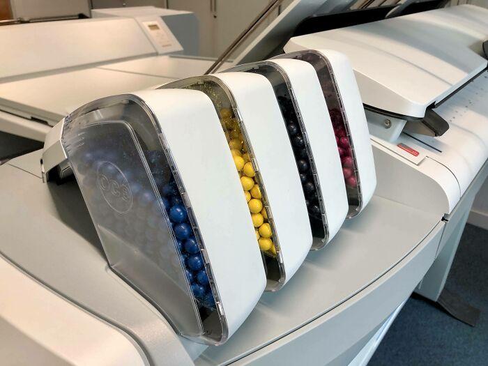 Esta impresora en el trabajo utiliza pequeñas bolas de colores para la tinta, parecen M&M's prohibidos