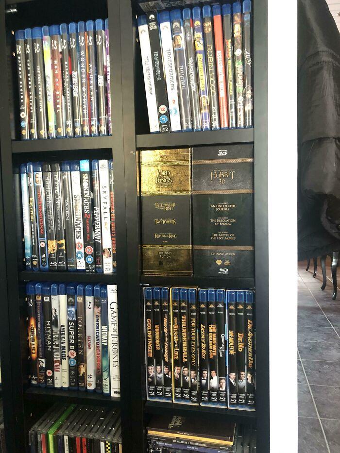 Me encanta cómo El Hobbit y Lotr encajan perfectamente en la estantería de mis amigos