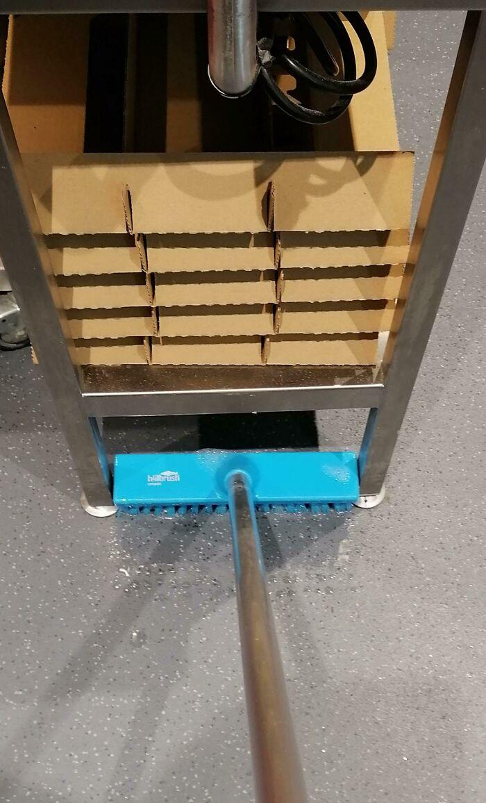Descubierto un nuevo cepillo para fregar que encaja perfectamente bajo estas estanterías en el trabajo