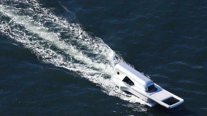 "Zipper-Shaped Boat ""Unzips"" Tokyo's Sumida River"