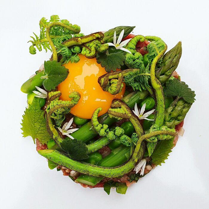 Tartar de cordero, con yema de huevo confitada, espárragos, arvejas, habas y hierbas silvestres