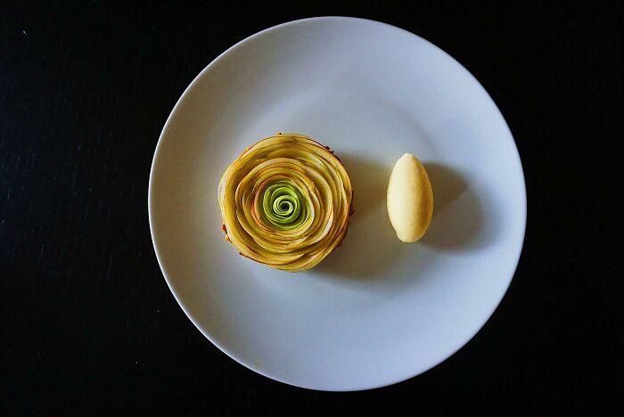 Tarta de manzana caramelizada y helado de mascarpone