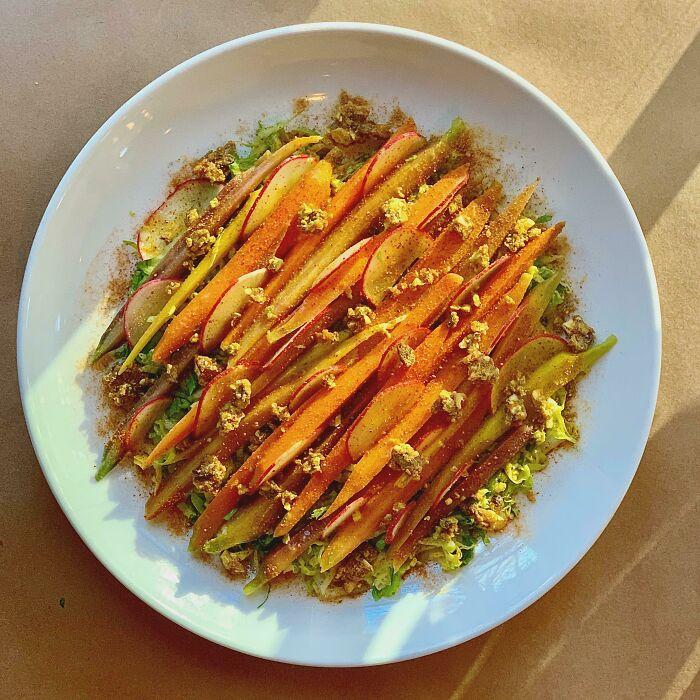 Crocantes de zanahoria, escarola y pistacho