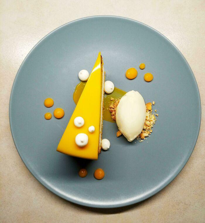 Pastel de zanahoria con mousse de mascarpone, helado de ricota y gelatina de zanahorias con miel