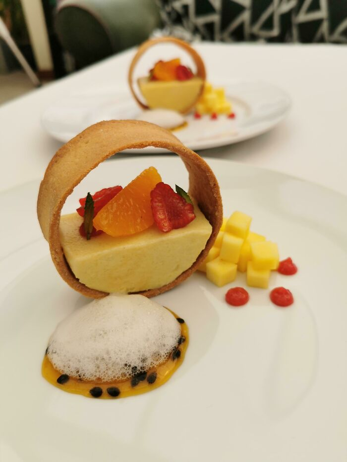 Tarta de mango y maracuyá, salsa de maracuyá, espuma de lima, salsa de frambuesa, pasta brisa dulce