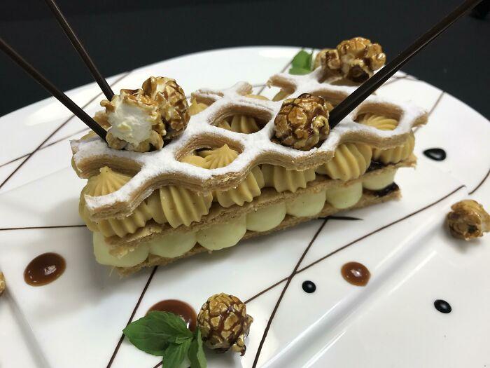 Milhojas de caramelo y crema pastelera, con masa de hojaldre, palomitas caramelizadas y galleta en forma de panal