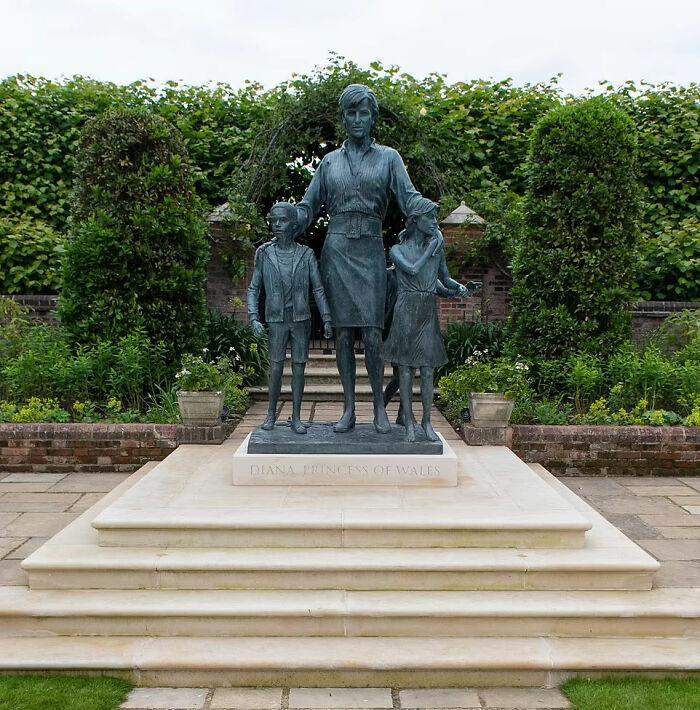 En el 60º cumpleaños de la princesa Diana, sus hijos el Príncipe Harry y el Príncipe William honraron a su madre inaugurando su estatua a pesar de las tensiones entre ellos