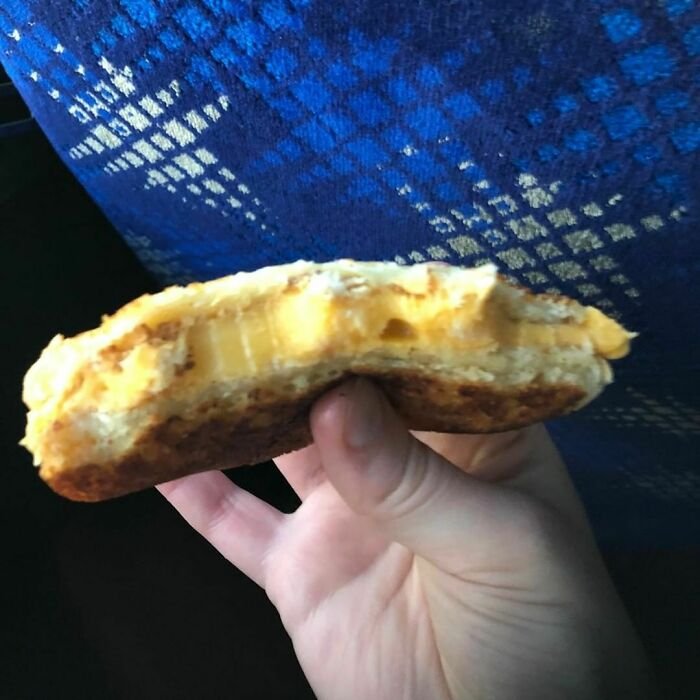 Restaurante Five Guys, sandwich de queso horneado. Son 5 rebanadas de queso americano con pan de hamburguesa. $6