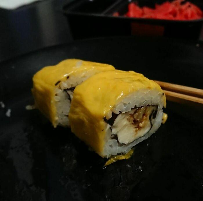 Rollo de sushi envuelto en queso americano