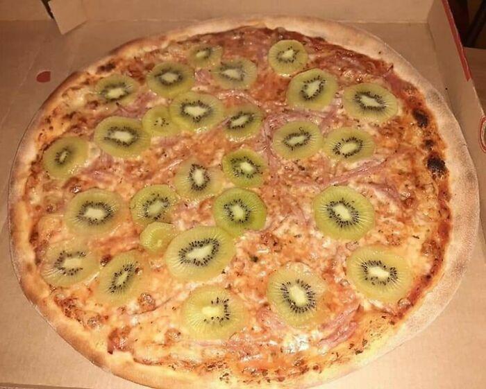 Pizza de kiwi de una pizzería danesa, una abominación impía
