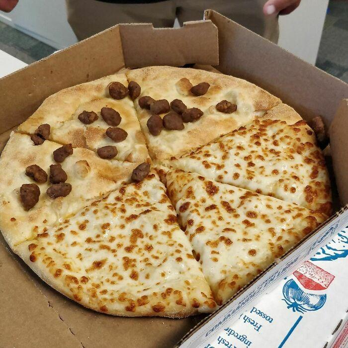 Un compañero de trabajo pidió esta monstruosidad para nuestro almuerzo de pizza