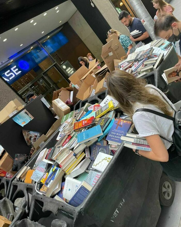 Hundreds Of Free New Books!!!! 52nd St Between 6th And 5th Ave