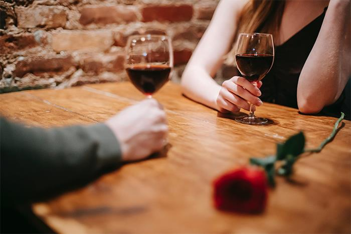 People Who've Walked Out Of First Dates Share The Moment They Realized They Should Leave (40 Stories)