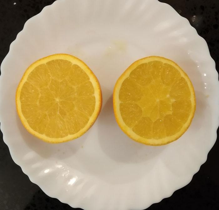 Encontré una naranja sin la piel blanca en el medio