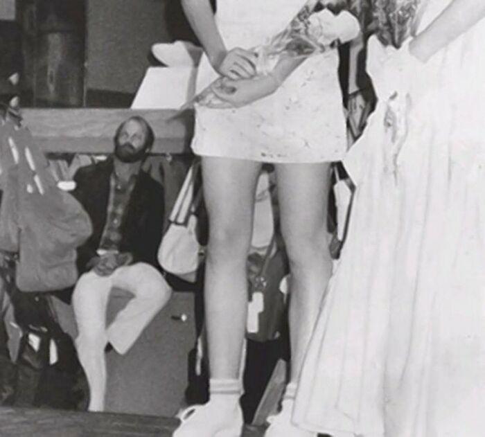 Foto del asesino en serie Christopher Wilder acechando en el fondo durante un desfile de la revista Seventeen en el centro comercial Meadows en Las Vegas el 1 de abril de 1984