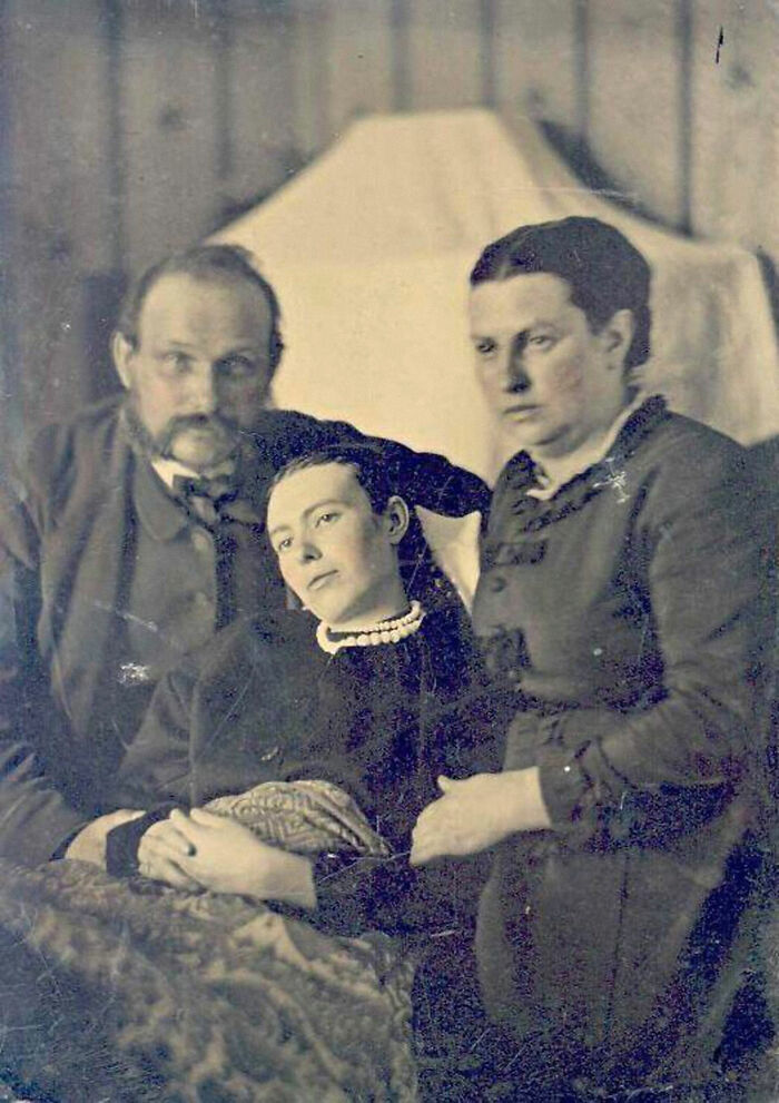 """En los """"viejos tiempos"""" era habitual hacerse fotos con familiares muertos. La mujer del medio está muerta"""